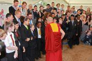 Его Святейшество Далай-лама здоровается со школьниками перед началом встречи. Лидс, Великобритания. 15 июня 2012 г. Фото: Chloe Crewe-Read