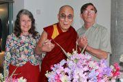 Джин и Дэвид Брайант из Национального общества любителей душистого горошка преподнесли Далай-ламе букет цветов душистого горошка, любимого цветка Тринадцатого Далай-ламы. Лидс, Великобритания. 15 июня 2012 г. Фото: Chloe Crewe-Read