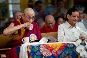 Его Святейшество Далай-лама с министром промышленности штата Химачал-Прадеш Кишаном Капуром пробует угощения на празднике в честь его 77-летия. 6 июля 2012. Дхарамсала, Индия. Фото: Тензин Чойджор