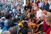 Его Святейшество приветствует тибетских школьников по пути  в главный храм Дхарамсалы для участия в празднованиях по случаю его 77-летия. 6 июля 2012. Дхарамсала, Индия. Фото: Тензин Чойджор (ОЕСДЛ)