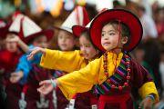 Дети в национальных костюмах выступают на празднике по случаю по случаю 77-летия Его Святейшества Далай-ламы. 6 июля 2012. Дхарамсала, Индия. Фото: Тензин Чойджор (ОЕСДЛ)