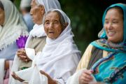 Тибетцы-мусульмане, живущие в Шринагаре, ожидают появления Его Святейшества Далай-ламы у правительственной резиденции. Штат Джамму и Кашмир, Индия. 12 июля 2012 г. Фото: Тензин Чойджор (Офис ЕСДЛ)