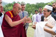 Его Святейшество Далай-лама и главный министр штата Джамму и Кашмир Омар Абудда приветствуют лидеров мусульманской общины тибетцев, живущих в Шринагаре, Индия. 12 июня 2012 г. Фото: Тензин Чойджор (Офис ЕСДЛ)