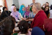 Его Святейшество Далай-лама общается с членами мусульманской общины Шринагара, штат Джамму и Кашмир, Индия во время визита в тибетскую школу. 14 июля 2012 г. Фото: Тензин Чойджор (Офис ЕСДЛ)