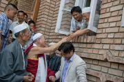 Его Святейшество Далай-лама приветствует своих благожелателей, покидая мечеть тибетской мусульманской общины Шринагара, штат Джамму и Кашмир, Индия. 14 июля 2012 г. Фото: Тензин Чойджор (Офис ЕСДЛ)