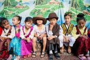 Ученики тибетской школы Шринагара, штат Джамму и Кашмир, Индия, ожидают приезда Его Святейшества Далай-ламы. 14 июля 2012 г. Фото: Тензин Чойджор (Офис ЕСДЛ)