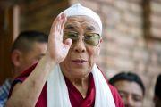 Его Святейшество Далай-лама жестом приветствует собравшихся, покидая мечеть тибетской мусульманской общины Шринагара, штат Джамму и Кашмир, Индия. 14 июля 2012 г. Фото: Тензин Чойджор (Офис ЕСДЛ)