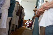 Его Святейшество Далай-лама читает молитву во время намаза в местной мечети вместе с членами тибетской мусульманской общины Шринагара, штат Джамму и Кашмир, Индия. 14 июля 2012 г. Фото: Тензин Чойджор (Офис ЕСДЛ)