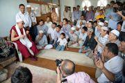 Его Святейшество Далай-лама встречается с тибетцами-мусульманами во время посещения мечети в Шринагаре, штат Джамму и Кашмир, Индия. 14 июля 2012 г. Фото: Тензин Чойджор (Офис ЕСДЛ)