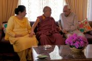 Его Святейшество Далай-лама во время визита к губернатору штата Джамму и Кашмир Шри Н.Н. Вохре. 14 июля 2012 г. Фото: Тензин Чойджор (Офис ЕСДЛ)
