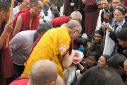 Его Святейшество Далай-лама благославляет защитные шнурки по пути в свою резиденцию в храме Калачакры перед началом трехдневных учений в Падуме, Занскар. Штат Джамму и Кашмир, Индия. 29 июля 2012 г. Фото: Тензин Такла (Офис ЕСДЛ)