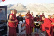 В последний день пребывания в Падуме, Занскар, Его Святейшество Далай-лама благословил площадку для строительства новой больницы, которое финансируется из фонда Далай-ламы. Штат Джамму и Кашмир, Индия. 1 августа 2012 г. Фото: Тензин Такла (Офис ЕСДЛ)