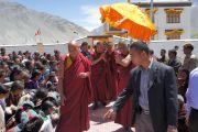 Его Святейшество Далай-лама выходит из своей резиденции в храме Калачакры и направляется к месту проведения публичной лекции в Падуме, Занскар. Штат Джамму и Кашмир, Индия. 31 июля 2012 г. Фото: Тензин Такла (Офис ЕСДЛ)