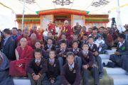 Его Святейшество Далай-лама сфотографировался на память с учениками школы Ламдон в Падуме, Занскар, в храме Калачакры. Штат Джамму и Кашмир, Индия. 31 июля 2012 г. Фото: Тензин Такла (Офис ЕСДЛ)