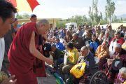 Его Святейшество Далай-лама приветствует тибетцев, собравшихся в тибетской школе Леха, Ладак. Штат Джамму и Кашмир, Индия. 2 августа 2012 г. Фото: Тензин Такла (офис ЕСДЛ)