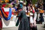 Ладакские женщины с томами Кангьюра, поднесенными Его Святейшеству Далай-ламе во время молебна о его долголетии в Лехе, Ладак. Штат Джамму и Кашмир, Индия. 7 августа 2012 г. Фото: Джереми Рассел (офис ЕСДЛ)