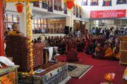 Монахи демонстрируют Его Святейшеству Далай-ламе искусство ведения философского диспута на открытии четырехдневной конференции «Философская система мадхьямаки в четырех основных тибетских буддийских традициях», организованной Центральным институтом буддийских исследований в Лехе, Ладак. Штат Джамму и Кашмир, Индия. 2 августа 2012 г. Фото: Тензин Такла (офис ЕСДЛ)