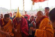 Ганден Три Ринпоче приветствует Его Святейшество Далай-ламу на ступенях павильона перед началом четвертого дня учений в Лехе, Ладак. Штат Джамму и Кашмир, Индия. 7 августа 2012 г. Фото: Джереми Рассел (офис ЕСДЛ)