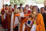 Монахи держат подношения во время молебна о долгой жизни Его Святейшества Далай-ламы в Лехе, Ладак. Штат Джамму и Кашмир, Индия. 7 августа 2012 г. Фото: Джереми Рассел (офис ЕСДЛ)