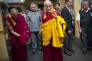 Его Святейшество Далай-лама направляется в главный тибетский храм, где проходят учения для буддистов из Тайваня. Дхарамсала, Индия. 1 октября 2012 г. Фото: Тензин Чойджор (Офис ЕСЛД)