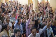 Слушатели отвечают на вопрос Его Святейшества Далай-ламы в первый день четырехдневных учений, которые он дарует по просьбе буддистов из Тайваня. Дхарамсала, Индия. 1 октября 2012 г. Фото: Тензин Чойджор (Офис ЕСЛД)