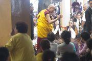 Его Святейшество Далай-лама здоровается с участниками учений в начале второго дня. Дхарамсала, Индия. 2 октября 2012 г. Фото: Тензин Чойджор (Офис ЕСЛД)