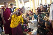 Его Святейшество Далай-лама приветствует участников учений, которые он дарует по просьбе буддистов из Тайваня. Дхарамсала, Индия. 1 октября 2012 г. Фото: Тензин Чойджор (Офис ЕСЛД)