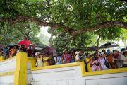 Местные жители ожидают прибытия Его Святейшества Далай-ламы в Сивагири Мутт, Варкала, штат Керала, Индия. 24 ноября 2012 г. Фото: Тензин Чойджор (офис ЕСДЛ)