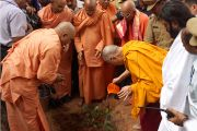 Во время посещения Сивагири Мутт Его Святейшество Далай-лама посадил саженец дерева. Варкала, штат Керала, Индия. 24 ноября 2012 г. Фото: Тензин Чойджор (офис ЕСДЛ)