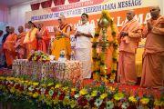 Его Святейшество Далай-лама принимает участие в молитве на торжественной церемонии, посвященной 80-му ежегодному паломничеству Сивагири. Варкала, штат Керала, Индия. 24 ноября 2012 г. Фото: Тензин Чойджор (офис ЕСДЛ)
