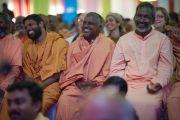Во время выступления Его Святейшества Далай-ламы на торжественной церемонии, посвященной 80-му ежегодному паломничеству Сивагири. Варкала, штат Керала, Индия. 24 ноября 2012 г. Фото: Тензин Чойджор (офис ЕСДЛ)