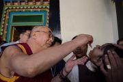Дээрхийн Гэгээнтэн Далай лам тав дах өдрийн үдээс өмнө полио вакцинжуулах ажилтай танилцав. Энэтхэг, Мундгод, Брайбун хийд. 2013.1.21. Фото/Тэнзин Чойнжор/ДЛО