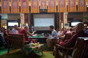 """Дээрхийн Гэгээнтэн Далай лам болон Ричие Дэвидсон нар """"Оюун ухаан ба амьдрал"""" хурлын гурав дахь өдрийн уулзалт дээр. Энэтхэг, Мундгод, Брайбун хийд. 2013.1.19. Фото/Тэнзин Чойнжор/ДЛО"""