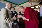 """Дээрхийн Гэгээнтэн Далай лам """"Оюун ухаан ба Амьдрал"""" хүрээлэнгийн захирал Артур Зайонцод талархал илэрхийлж бэлэг дурсгав. Энэтхэг, Мундгод, Брайбун хийд. 2013.1.21. Фото/Тэнзин Чойнжор/ДЛО"""