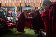 """Дээрхийн Гэгээнтэн Далай лам """"Оюун ухаан ба Амьдрал"""" 26 дахь удаагийн хурлын эхний өдөр ахмад лам хуврагуудтай мэндчилэн уулзав. Энэтхэг, Мундгод, Брайбун хийд. 2013.1.17. Фото/Тэнзин Чойнжор/ДЛО"""