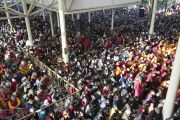 Олон мянган сүсэгтэн Дээрхийн Гэгээнтний айлдсан Бурхан багшийн намтрыг шимтэн сонсов. Энэтхэг, Дарамсала. 2013.2.25. Зургийг Тэнзин Пунцог /Намжал дацан/