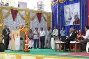 """Дээрхийн Гэгээнтэн Далай лам Тумкурийн Их Сургууль болон Сэра Жэ дацан хамтран зохион байгуулж буй """"Орчин үеийн хүн төрөлхтний зовлон шаналал ба Бурханы энэрэл нигүүлсэл"""" сэдэвт олон улсын хурлыy үеэр шагнал гардав. Энэтхэг, Бангалор. 2013.3.5. Фото/Тэнзин Такла(ДЛО)"""