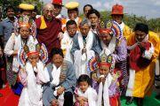 """Дээрхийн Гэгээнтэн Далай лам Тумкурийн Их Сургууль болон Сэра Жэ дацан хамтран зохион байгуулж буй """"Орчин үеийн хүн төрөлхтний зовлон шаналал ба Бурханы энэрэл нигүүлсэл"""" сэдэвт олон улсын хурлыг нээхийн өмнө Мундгод дахь Төвдийн дуурь бүжгийн хүмүүстэй уулзаж зураг татуулав. Энэтхэг, Бангалор. 2013.3.5. Фото/Тэнзин Такла(ДЛО)"""