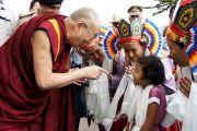 """Дээрхийн Гэгээнтэн Далай лам Тумкурийн Их Сургууль болон Сэра Жэ дацан хамтран зохион байгуулж буй """"Орчин үеийн хүн төрөлхтний зовлон шаналал ба Бурханы энэрэл нигүүлсэл"""" сэдэвт олон улсын хурлыг нээхийн өмнө бяцхан Төвд охинтой ярилцав. Энэтхэг, Бангалор. 2013.3.5. Фото/Тэнзин Такла(ДЛО)"""
