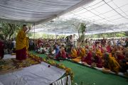 Его Святейшество Далай-лама приветствует собравшихся на учения в парке «Будда Джаянти», организованных Тибетским домом и центром медитации «Тушита». Нью-Дели, Индия. 9 марта 2013 г. Фото: Тензин Чойджор (офис ЕСДЛ).
