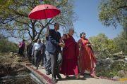 Его Святейшество Далай-лама прогуливается по парку «Будда Джаянти» по дороге к месту проведения учений, организованных Тибетским домом и центром медитации «Тушита». Нью-Дели, Индия. 9 марта 2013 г. Фото: Тензин Чойджор (офис ЕСДЛ).
