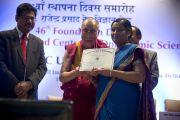 Его Святейшество Далай-лама вручает награды врачам и сотрудникам офтальмологического научного центра им. Раджендры Прасада при Индийском институте медицинских наук (AIIMS) в Нью-Дели, Индия. 10 марта 2013 г. Фото: Тензин Чойджор (офис ЕСДЛ).