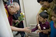 Его Святейшество Далай-лама здоровается с детьми во время посещения нового отделения в офтальмологическом научном центре им. Раджендры Прасада при Индийском институте медицинских наук (AIIMS) в Нью-Дели, Индия. 10 марта 2013 г. Фото: Тензин Чойджор (офис ЕСДЛ).