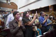 Аудитория приветствует Его Святейшество Далай-ламу перед началом его обращения на праздновании 46-й годовщины основания офтальмологического научного центра им. Раджендры Прасада при Индийском институте медицинских наук (AIIMS) в Нью-Дели, Индия. 10 марта 2013 г. Фото: Тензин Чойджор (офис ЕСДЛ).