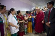 Его Святейшество Далай-лама с врачами и администраторами нового отделения в офтальмологическом научном центре им. Раджендры Прасада при Индийском институте медицинских наук (AIIMS) в Нью-Дели, Индия. 10 марта 2013 г. Фото: Тензин Чойджор (офис ЕСДЛ).
