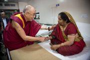 Его Святейшество Далай-лама здоровается с пациенткой во время посещения нового отделения в офтальмологическом научном центре им. Раджендры Прасада при Индийском институте медицинских наук (AIIMS) в Нью-Дели, Индия. 10 марта 2013 г. Фото: Тензин Чойджор (офис ЕСДЛ).