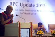 Его Святейшества обращается с речью на праздновании 46-й годовщины основания офтальмологического научного центра им. Раджендры Прасада при Индийском институте медицинских наук (AIIMS) в Нью-Дели, Индия. 10 марта 2013 г. Фото: Тензин Чойджор (офис ЕСДЛ).