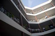 Студенты Индийского института управления вышли на балконы здания, чтобы приветствовать Его Святейшество Далай-ламу. 11 марта 2013 г. Мирут, штат Уттар-Прадеш, Индий. Фото: Тензин Чойджор (офис ЕСДЛ).