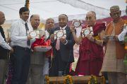 Его Святейшество Далай-лама представляет собравшимся брошюру о раке во время посещения Индийского института управления, куда его пригласили выступить с речью. 11 марта 2013 г. Мирут, штат Уттар-Прадеш, Индий. Фото: Тензин Чойджор (офис ЕСДЛ).