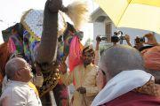 Его Святейшество Далай-ламу встречают традиционным приветствием в ашраме Шри Убасина Каршни. 11 марта 2013 г. Матхура, штат Уттар-Прадеш, Индия. Фото: Тензин Такла (офис ЕСДЛ).